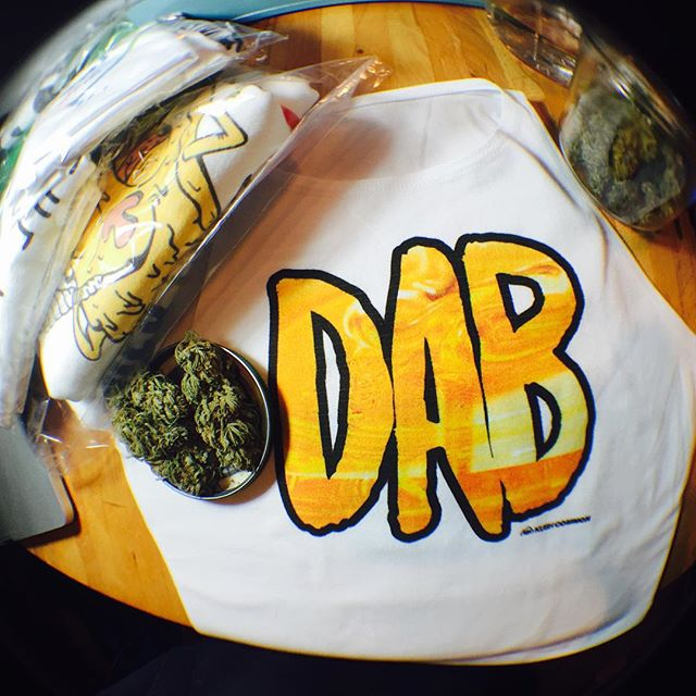 🌞 What's your fave? Dabbing, bong, pipe, joint, or blunt? Top available in our shop as men's/unisex or women's tee, tank, or crop! Get it in time for the holidaze at www.shop.kushcommon.com️